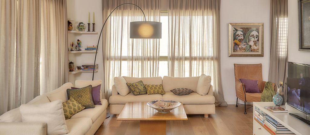 ספה עם מנורה